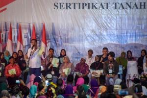 Presiden Jokowi menghadiri acara penyerahan 6.000 sertifikat di Garut, Jabar, Sabtu (19/1) sore. (Foto: Agung/Humas)