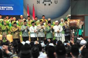 Presiden Jokowi memukul beduk tanda pembukaan Konsolidasi Jelang Satu Abad NU, di JCC, Jakarta, Kamis (31/1) siang. (Foto: JAY/Humas)