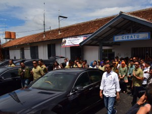 Presiden Jokowi membuka kembali sejumlah stasiun KA yang sempat ditutup, di Stasiun Cibatu, Garut, Jabar, Jumat (18/1) siang. (Foto: Deny S./Humas)