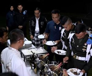 Presiden Jokowi mengantre makanan angkringan yang diundang jelang pergantian tahun di Wisma Bayurini, Istana Kepresidenan Bogor, Senin (31/12) malam. (Foto: BPMI)