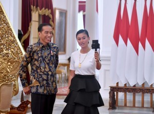 President Jokowi creates a vlog with singer Agnez Mo at Merdeka Palace, Jakarta, Friday (11/1). (Photo: BPMI).
