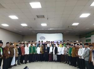 Dirjen Bimas Islam Kemenag Muhammadiyah Amin berfoto bersama peserta Muktamar I IPIM, di Jakarta Islamic Center, Jakarta, Minggu (17/1). (Foto: Humas Kemenag)