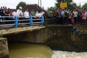 Presiden Jokowi meninjau rehabilitasi irigasi primer Lodoyo, di Desa Jegu. Sutojayan, Blitar, Jatim, Kamis (3/1) siang. (Foto: OJI/Humas)