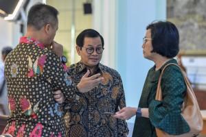 Seskab Pramono Anung berbincang dengan Menkeu dan Mensos sebelum rapat terbatas, di Kantor Presiden, Jakarta, Senin (14/1) siang. (Foto: JAY/Humas)