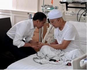 Presiden Jokowi berbindang dengan Ustadz Arfin Ilham saat menjenguknya di Paviliun Kencana, Rumah Sakit Cipto Mangunkusumo (RSCM), Jakarta Pusat, Rabu (9/1) pagi. (Foto: Setpres)