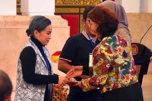 Menteri Kelautan dan Perikanan Susi Pudjiastuti menyerahkan perizinan kepada pengusaha ikan tangkap, di Istana Negara, Jakarta, Rabu (30/1) sore. (Foto: Rahmat/Humas)