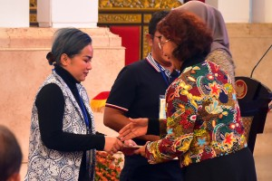 Minister of Marine Affairs and Fisheries Susi Pudjiastuti hands over license for fisheries entrepreneurs at the State Palace, Jakarta, Wednesday (30/1). (Photo: Rahmat/PR)