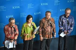 Menkeu Sri Mulyani didampingi Gubernur BI, Ketua OJK, dan Ketua DK LPS menyampaikan hasil rapat berkala kepada pers, di Gedung Juanda, Kemenkeu, Jakarta, Selasa (29/1) siang. (Foto: Humas Kemenkeu)