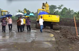Presiden Jokowi meninjau Proyek Pengendalian Banjir Kali Bogel, Kabupaten Blitar, Kamis (3/1) siang. (Foto: Rahmat/Humas)