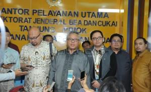 Komisioner KPU dan Pimpinan Bawaslu mendatangi kantor Bea Cukai di Pelabuhan Tanjung Priok Jakarta, Rabu (2/1) tengah malam. (Humas KPU/ES)