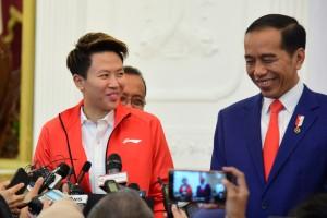 Liliyana Natsir bersama Presiden Jokowi menjawab wartawan usai bertemu di Istana Merdeka, Jakarta, Selasa (29/1) pagi. (Foto: OJI/Humas)