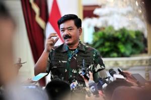 Panglima TNI Marsekal Hadi Tjahjanto menjawab wartawan usai pembukaan Rapim TNI-Polri, di Istana Negara, Jakarta, Selasa (29/1) siang. (Foto: JAY/Humas)