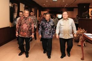 Menko Perekonomian Darmin Nasution bersama Gubernur BI dan Menteri PPN/Ketua Bappenas menghadiri Rapat Koordinasi Inflasi 2019, di Jakarta, Selasa (29/1). (Foto: Dept. Komunikasi BI)
