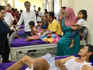 Presiden Jokowi mengunjungi korban terdampak tsunami yang dirawat di RSUD dr. H. Bob Bazar, di Kalianda, Lampung Selatan, Rabu (2/1) siang. (Foto: Setpres)