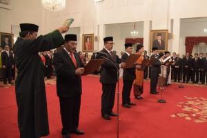 Tujuh anggota LPSK 2018-2023 mengucapkan sumpah di hadapan Presiden Jokowi, di Istana Negara, Jakarta, Senin (7/1) siang. (Foto: OJI/Humas)
