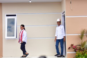 Presiden Jokowi dan Ibu Negara meninjau rumah contoh untuk komunitas Persatuan Pangkas Rambut Garut (PPRG), di Garut, Jabar, Sabtu (19/1). (Foto: Deny S/Humas)