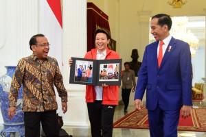 Liliyana Natsir bersama Presiden Jokowi dan Mensesneg Pratikno menunjukkan foto pertemuan dirinya, di Istana Merdeka, Jakarta, Selasa (29/1) pagi. (Foto: OJI/Humas)