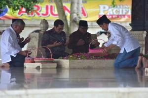 Presiden Jokowi didampingi sejumlah pejabat berziarah ke makam Bung Karno, di Kota Blitar, Jatim, Kamis (3/1) siang. (Foto: Rahmat/Humas)