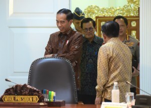 President Jokowi accompanied by Vice President Jusuf Kalla in a limited meeting at the Presidential Office, Jakarta, Tuesday (8/1). (Photo by: Rahmat /Public Relations Division)