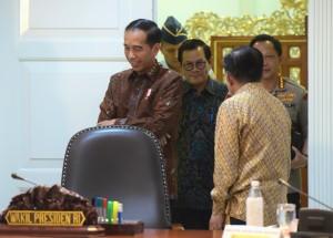 Presiden Jokowi didampingi Wapres, Seskab, dan Kapolri masuk ke ruang ratas di Kantor Presiden, Jakarta, Selasa (8/1) siang. (Foto: Rahmat/Humas)