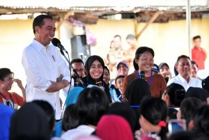 President Jokowi converses with recipients of Mekaar program, at Tambora District, West Jakarta, Wednesday (9/1). (Photo: JAY/PR)