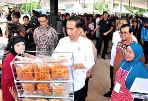 Presiden Jokowi didampingi sejumlah pejabat meninjau salah satu stand peserta program Mekaar, di Lapangan Asrama Polisi Kelurahan Gunung Sahari Selatan, Kecamatan Kemayoran, Jakarta Pusat (Jakpus), Sabtu (26/1) siang. (Foto: JAY/Humas)