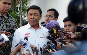 Coordinating Minister for Political, Legal and Security Affairs Wiranto answers questions from reporters after attending a Plenary Cabinet Meeting, at the State Palace, Jakarta, Monday (7/1). (Photo: JAY/PR)