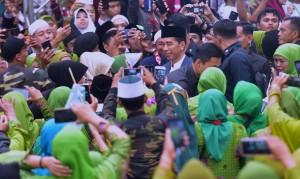Presiden Jokowi menjawab wartawan usai menghadiri Peringatan Hari Lahir Lahir Ke-73 Muslimat NU, di SU GBK), Jakarta Pusat, Minggu (27/1) pagi. (Foto: Rahmat/Humas)