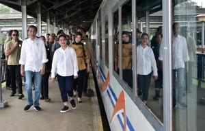Presiden Jokowi bersama Ibu Negara Iriana Joko Widodo naik kereta api dari Stasiun Bandung menuju ke Cibatu, Garut, Jabar, Jumat (18/1) pagi. (Foto: Setpres)