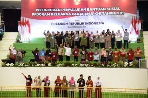 President Jokowi distributes the 2019 Family Hope Program (PKH), at the Ciracas Sports Center (GOR), East Jakarta, Thursday (10/1). (Photo by: Oji/Public Relations Division)