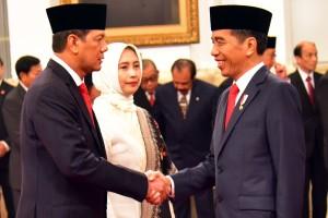 Presiden Jokowi memberikan ucapan selamat kepada Letjen Doni Monardo usai melantiknya sebagai Kepala BNPB, di Istana Negara, Jakarta, Rab (9/1) pagi. (Foto: Rahmat/Humas)