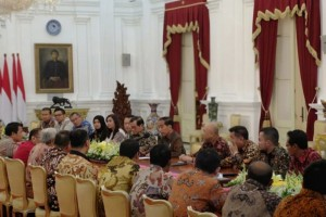President Jokowi accompanied by Cabinet Secretary and several high-ranking officials meets rice sellers at Merdeka Palace, Jakarta, Thursday (24/1). (Photo: Antara)