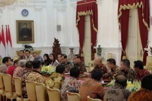 President Jokowi accompanied by Cabinet Secretary and several high-ranking officials meets rice sellers at Merdeka Palace, Jakarta, Thursday (24/1). (Photo: Antara)