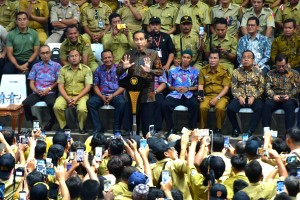 Presiden Jokowi menyampaikan sambutan dalam silaturahim dengan perangkat desa, di Istora Senayan Gelora Bung Karno, Jakarta, Senin (14/1) siang. (Foto: Rahmat/Humas)
