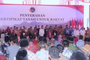 Presiden Jokowi menyerahkan 2.500 sertifikat hak atas tanah kepada rakyat, di Pendopo Kabupaten Ponorogo, Jatim, Jumat (4/1) siang. (Foto: OJI/Humas)