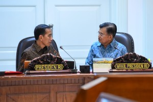 Presiden Jokowi dan Wapres Jusuf Kalla berdikusi di sela Rapat Terbatas tentang Percepatan Program Kendaraan Bermotor Listrik, di Kantor Presiden, Jakarta, Senin (14/1) sore. (Foto: JAY/Humas)