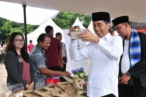 Presiden Jokowi meninjau stand peserta Mekaar, di Alun-Alun Kota Bekasi, Jabar, Jumat (25/1) siang. (Foto: JAY/Humas)