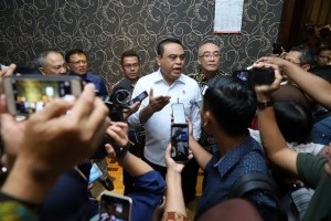 Menteri PANRB Syafruddin didampingi Kepala BKN Bima Harya Wibisana menjawab wartawan di Batam, Kepri, Rabu (23/1) siang. (Foto: Humas Kementerian PANRB)