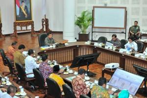 Wapres Jusuf Kalla memimpin rapat Sistem Transportasi Jabodetabek, di Kantor Wakil Presiden, Jakarta, Senin (28/1) pagi. (Foto: JAY/Humas)