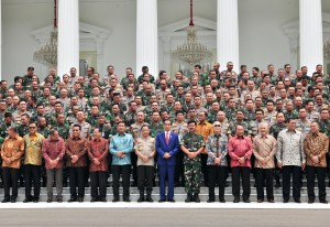 President Jokowi takes photo together with participants of 2019 TNI-Polri Leadership Meeting at Merdeka Palace, Jakarta, Tuesday (29/1). (Photo: JAY/PR)