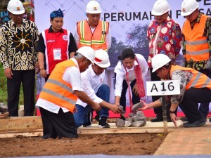 President Jokowi accompanied by First Lady Ibu Iriana laid the foundation stone for the Garut Barbershop Housing construction in Garut, West Java, Saturday (19/1). (Photo by: Deny S/Public Relations).