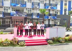 Presiden Jokowi didampingi sejumlah pejabat meresmikan rusun mahasiswa STKIP dan IAIN, di Tulungagung, Jatim, Jumat (4/1) pagi. (Foto: Rahmat/Humas)
