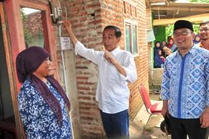 Presiden Jokowi meninjau program penyambungan listrik gratis di Desa Pantai Bakti, Kecamatan Muara Gembong, Bekasi, Jawa Barat, Rabu (30/1) siang. (Foto: JAY/Humas)