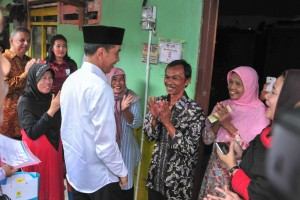 President Jokowi reviews free electricity connection program for residents at South Bekasi District, Bekasi City, Friday (25/1). (Photo: JAY/PR)