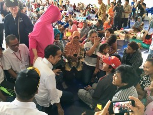 President Jokowi has a dialogue with residents affected by the Sunda Strait tsunami in Kalianda, South Lampung, Lampung Province, Wednesday (2/1). (Photo by: Presidential Secretariat)