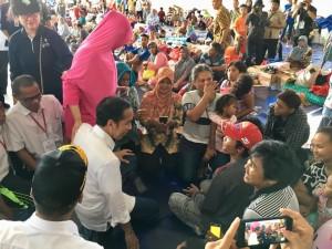 Presiden Jokowi berdialog dengan pengungsi korban terdampak tsunami di Kalianda, Lampung Selatan, Lampung, Rabu (2/1) siang. (Foto: Setpres)