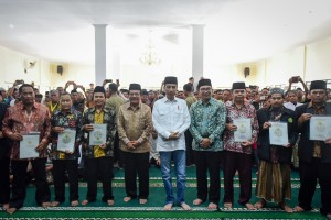 President Jokowi accompanied by Agrarian and Spatial Planning Minister and West Java Governor takes photo with representatives of land certificate recipients, at Cibatu Grand Mosque, Garut, West Java province, Friday (18/1). (Photo: Agung/PR)
