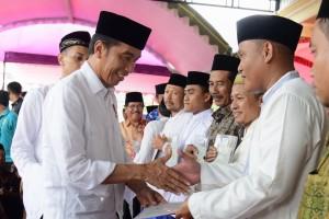 Presiden Jokowi menyerahkan secara simbolis 213 srtifikat tanah wakaf di Masjid Ar-Rahman, Kecamatan Sawoo, Kabupaten Ponorogo, Jatim, Jumat (4/1) siang. (Foto: OJI/Humas)