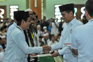 Presiden Jokowi menyerahkan 204 sertifikat tanah wakaf, di Masjid Al Barkah, Kecamatan Bekasi Selatan, Kota Bekasi, Jumat (25/1) siang. (Foto: JAY/Humas)