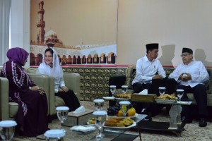 President Jokowi has a friendly talk with Quraish Shihab at Bayt Alquran Islamic Boarding School, Pondok Cabe, South Tangerang, Friday (25/1). (Photo: Deny S/PR)